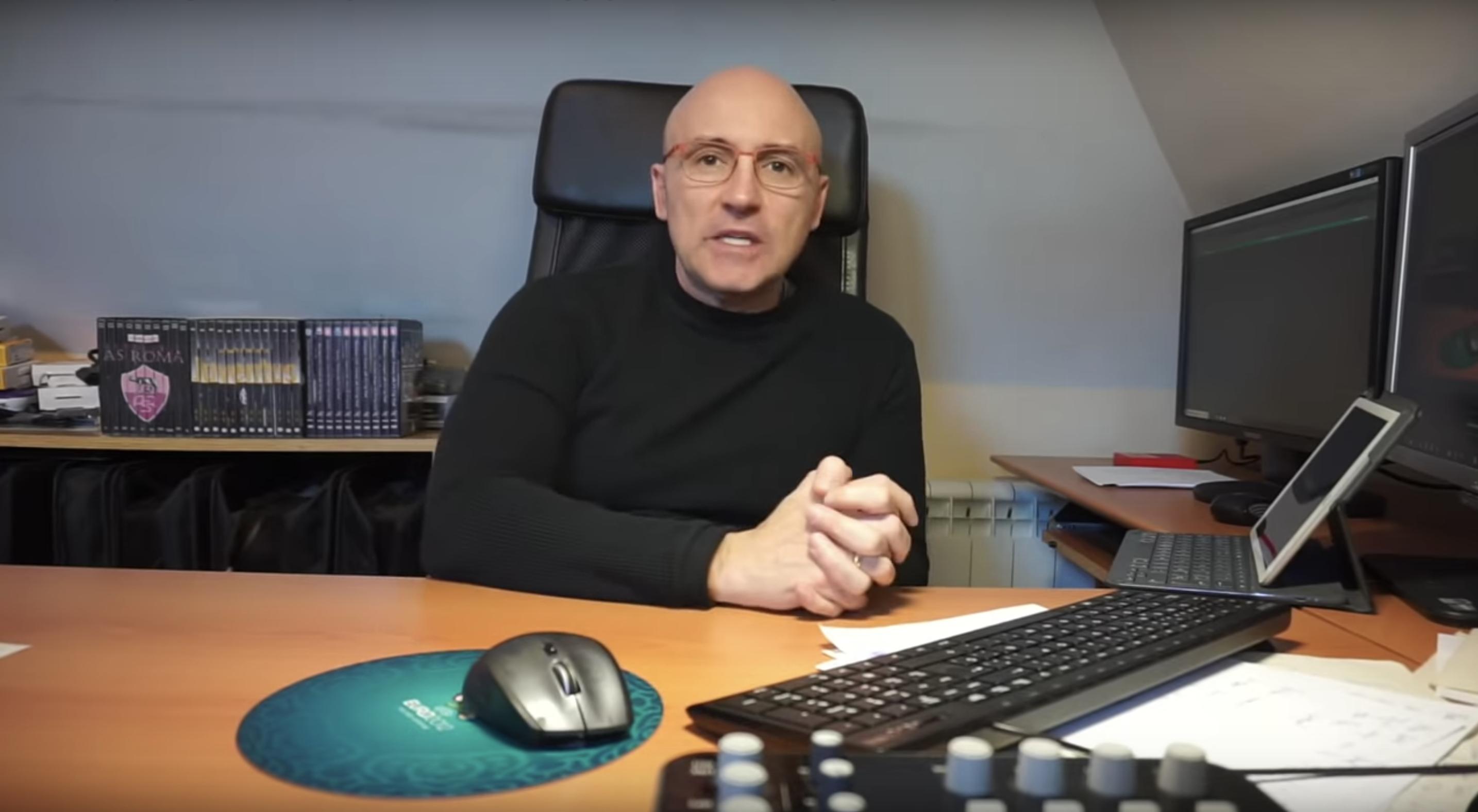 Maldini, el periodista, sentado delante de un ordenador