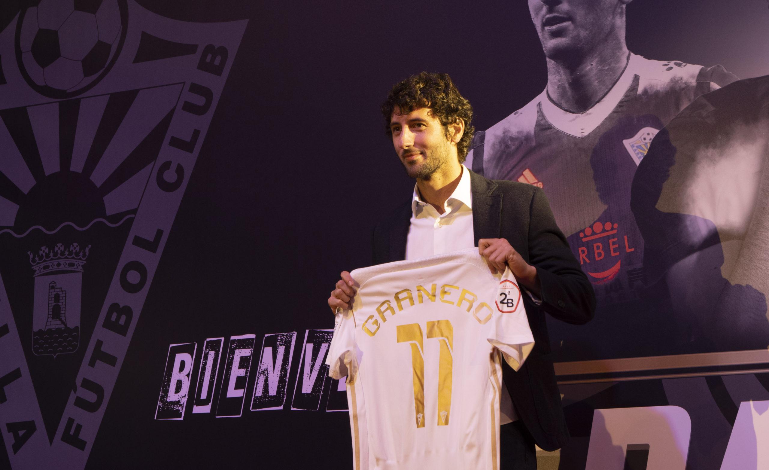 Granero posa con la camiseta del Marbella FC