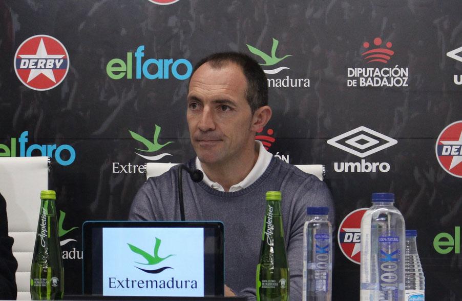 Pedro Munitis en la rueda de prensa de presentación con el CD Badajoz