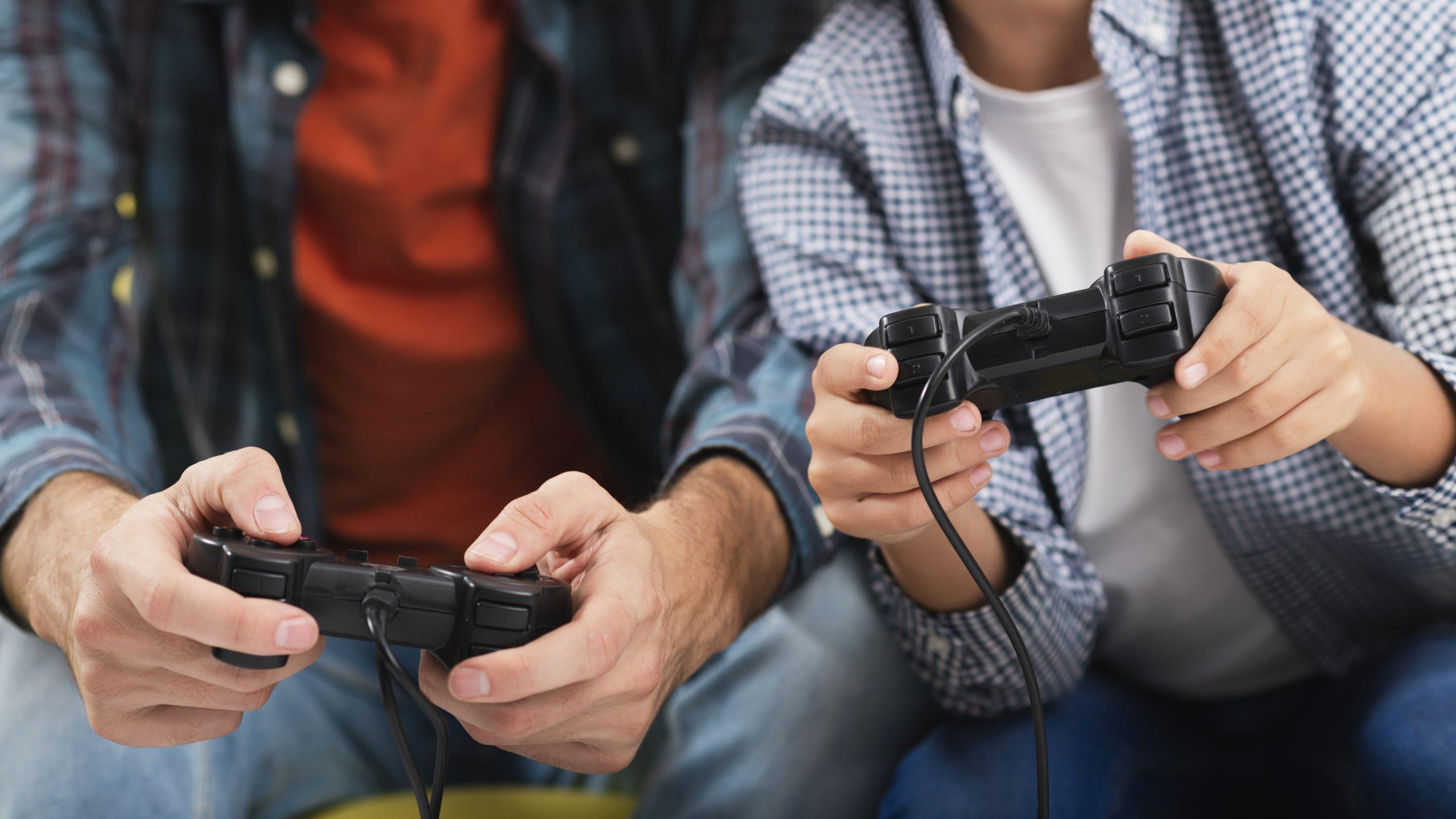 Chicos jugando con una consola
