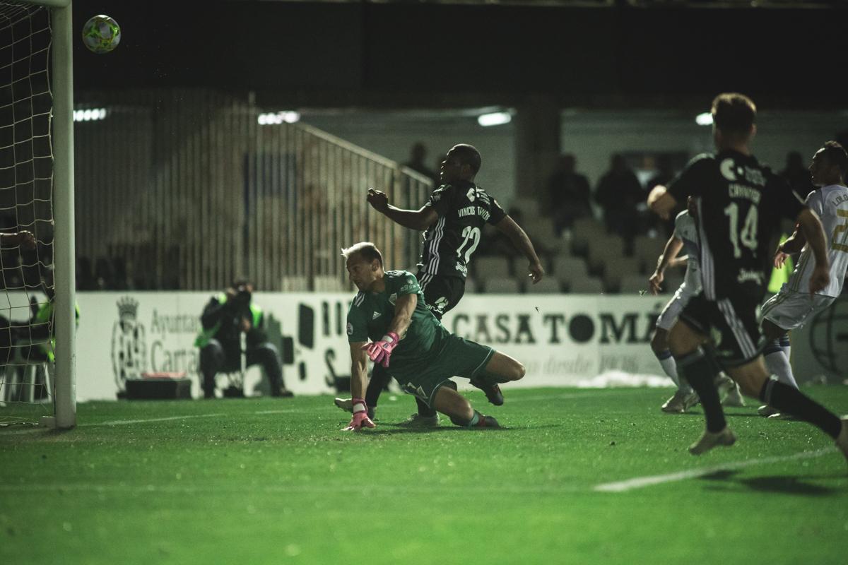 Jugador del Cartagena marcando un gol