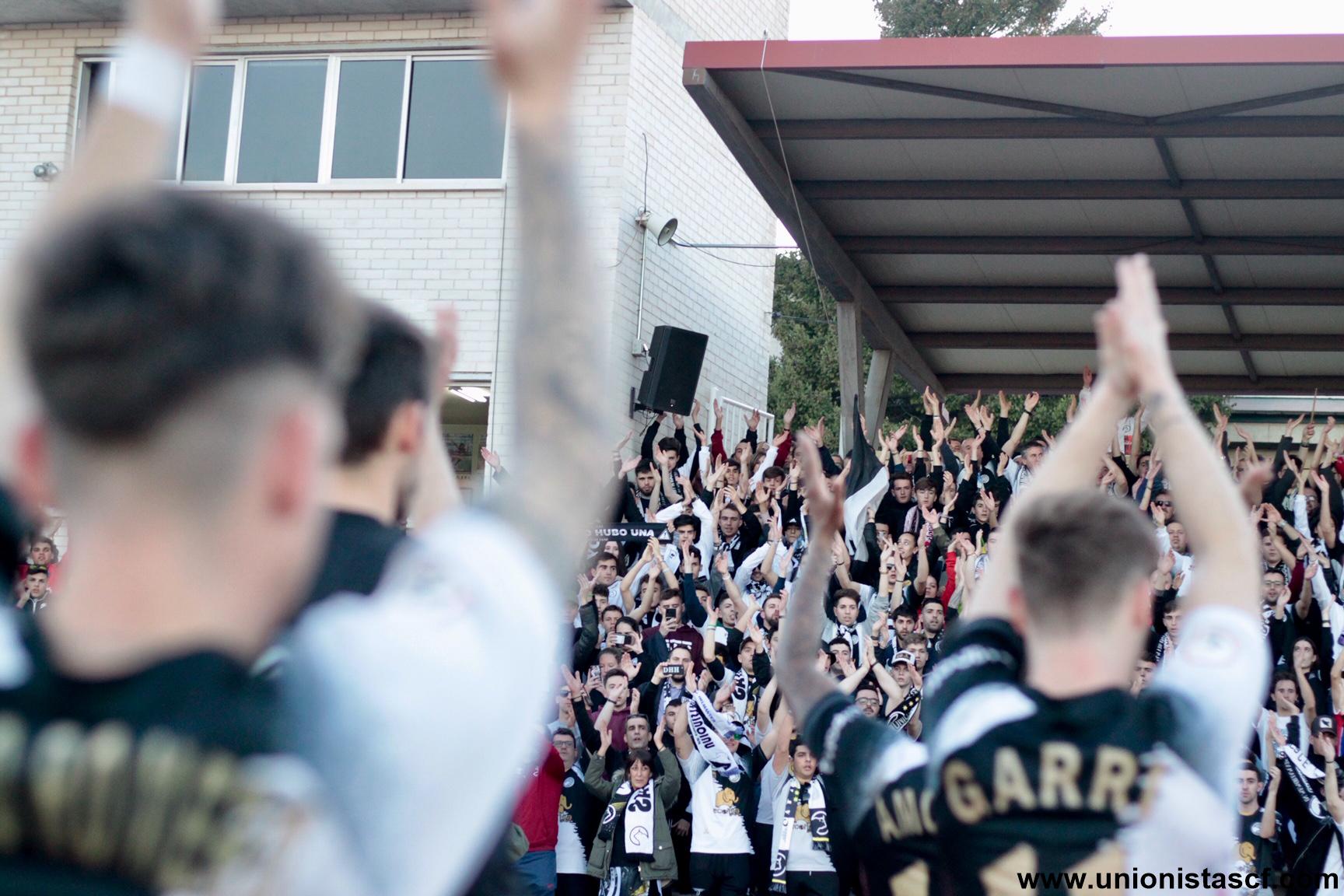 Jugadores del Unionistas aplaudiendo a su afición