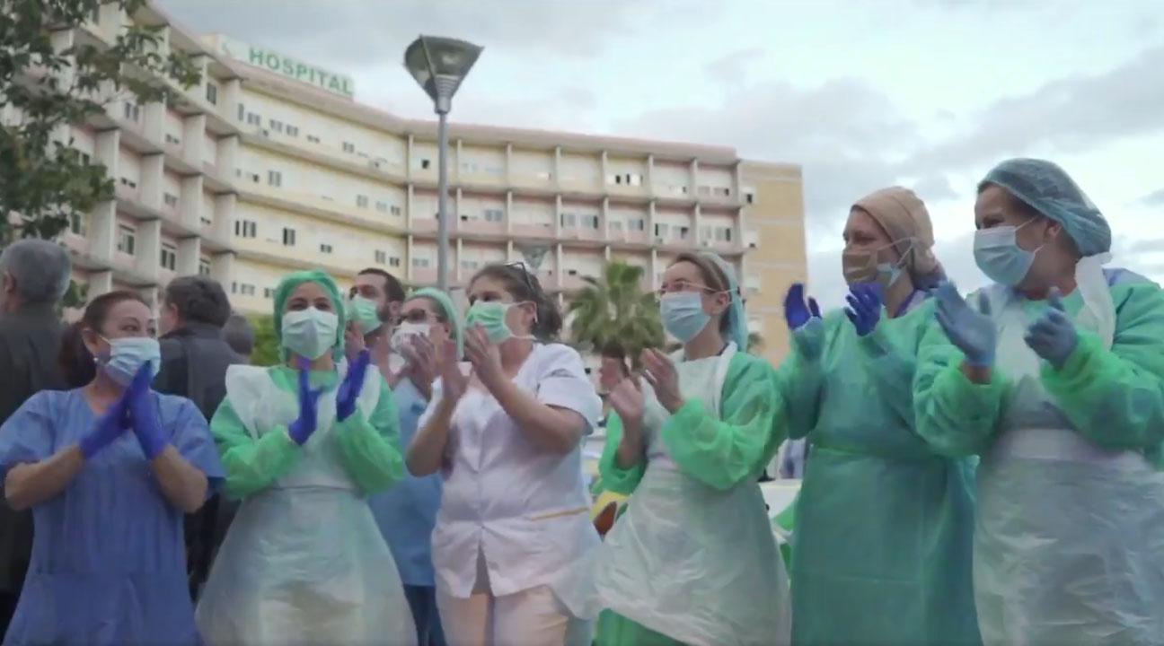 Sanitarias aplaudiendo a la puerta del hospital