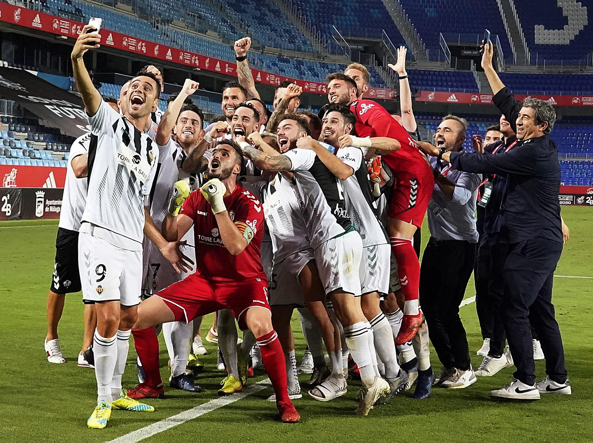 La plantilla del Castellón haciéndose un selfie en la celebración
